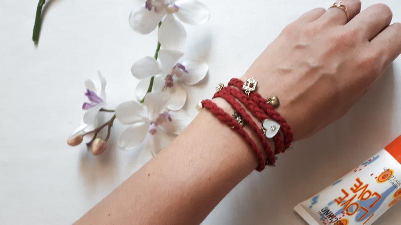 Красно-бордовый браслет с подвесками плетение косичкой обворач...