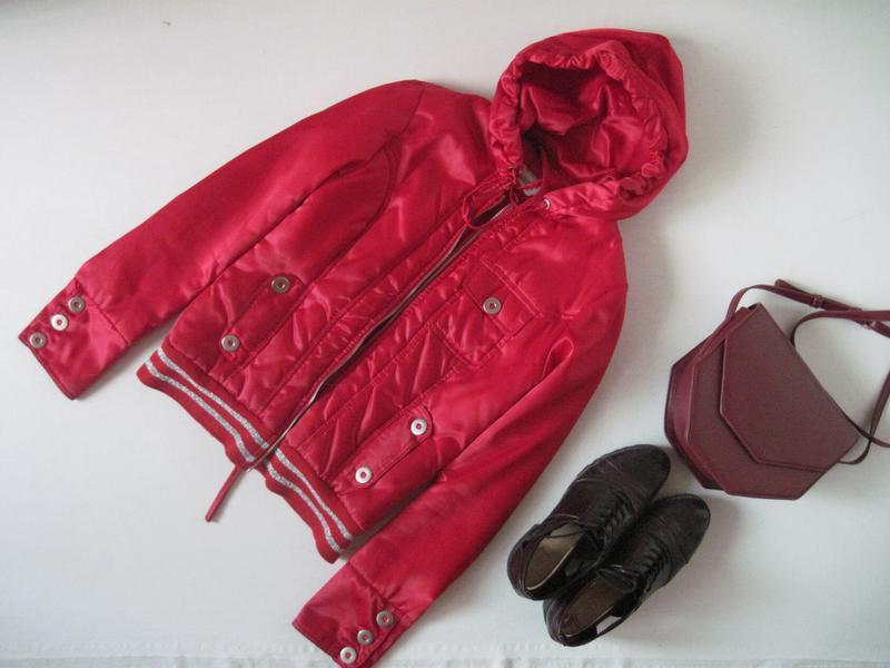 Красная женская курточка на синтепоне с капюшоном куртка деми