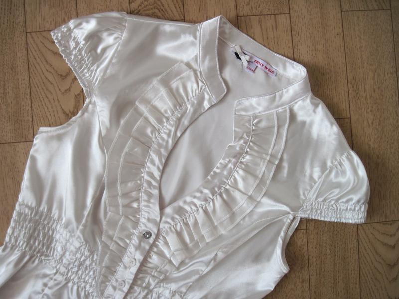 Белая женская блуза блузка с декольте приталенная короткий рукав - Фото 4