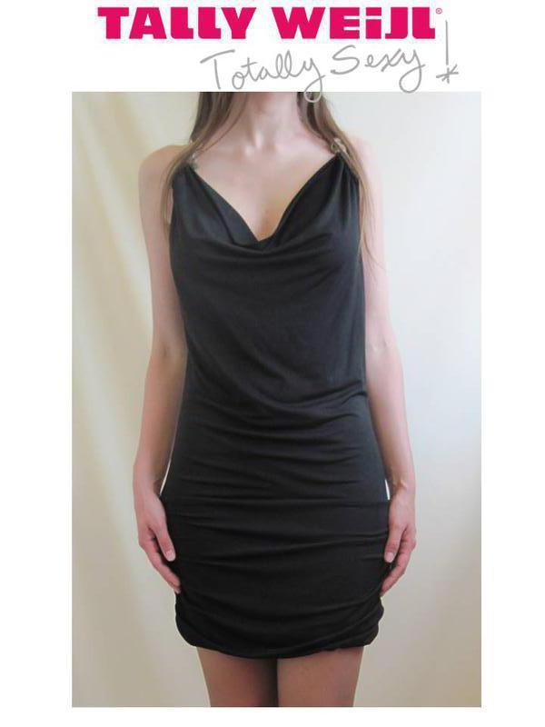 Черное женское платье с крутым декольте и спиной на бретелях