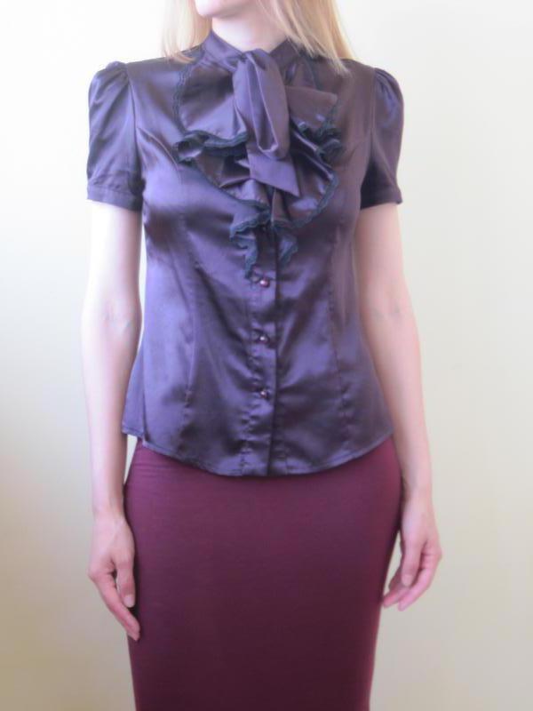 Женская фиолетовая атласная блуза на пуговках жабо и бант блузка