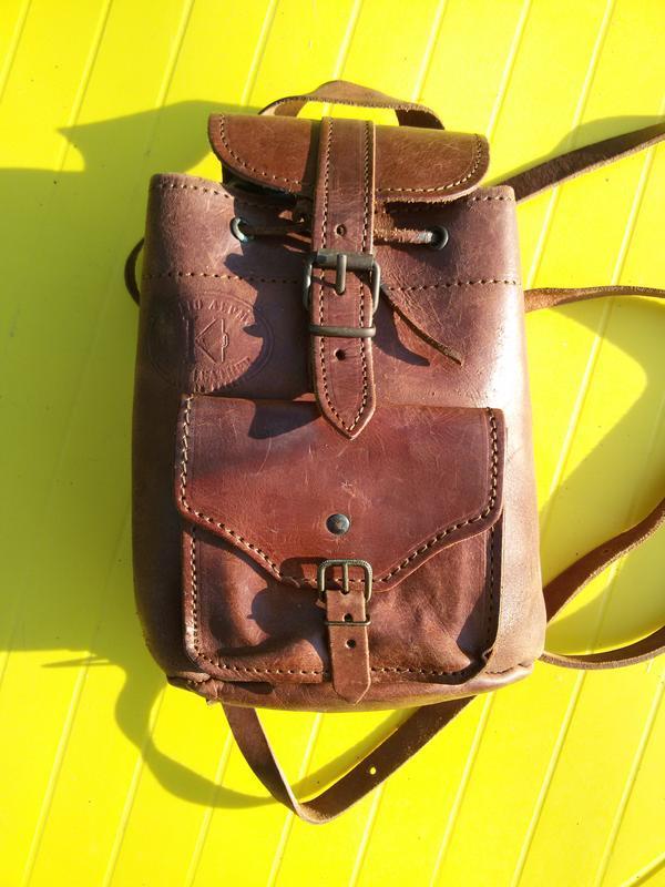 Фирменный кожаный рюкзак c  клеймом