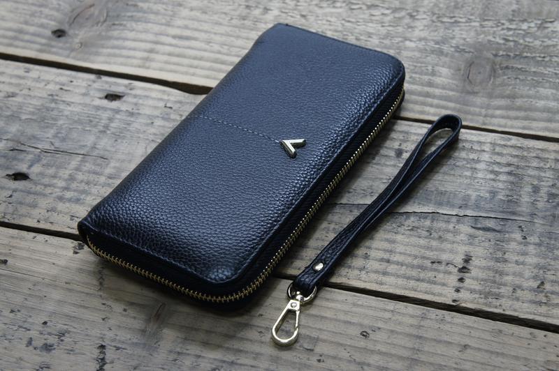 Модный клатч-кошелек черного цвета с логотипом v