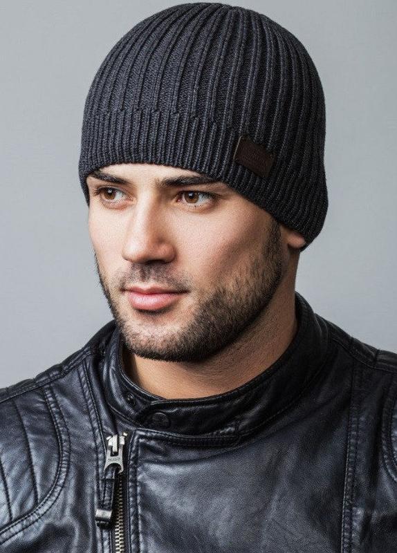 Темно-серая мужская вязаная шапка
