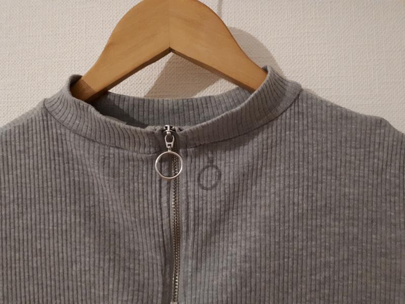 Укороченная кофточка с открытыми плечима в рубчик
