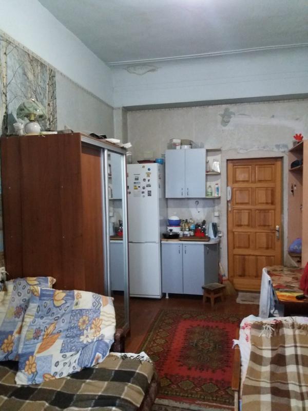 Продам 1 комнатную гостинку с балконом возле метро Малышева