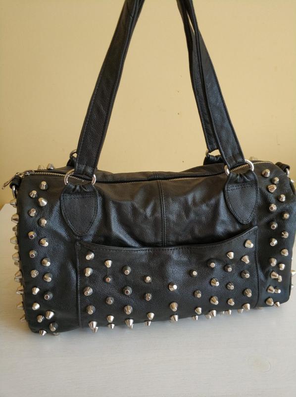 Кожаная женская сумка саквояж с декоративными заклепками ручно...