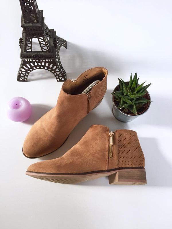 Актуальные ботинки челси на молнии с перфорацией под замшу