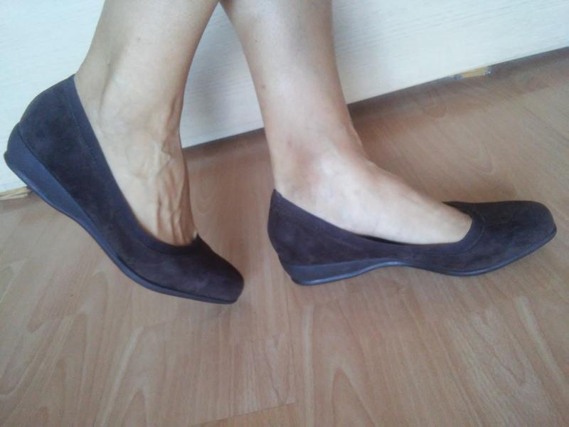 Туфли -балетки 42 р замшевые на маленькой танкетке trotters - Фото 4