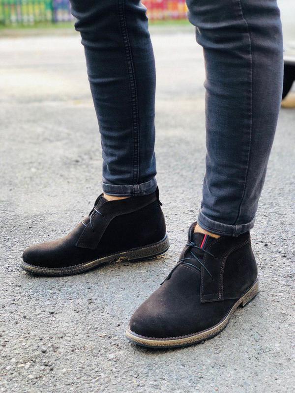 Зимние замшевые ботинки коричневого цвета