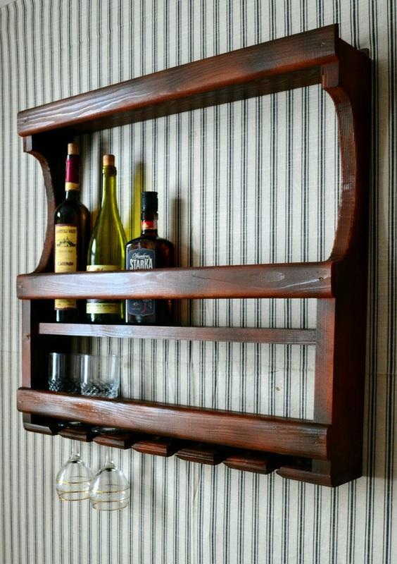 Деревянная,навесная полка открытого типа для вина и бокалов.