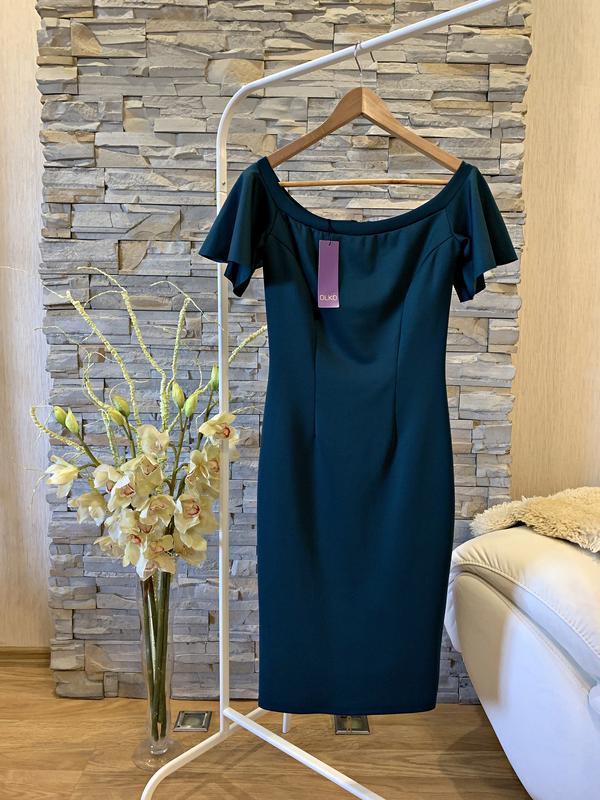 Шикарное платье с открытыми плечами изумрудного цвета