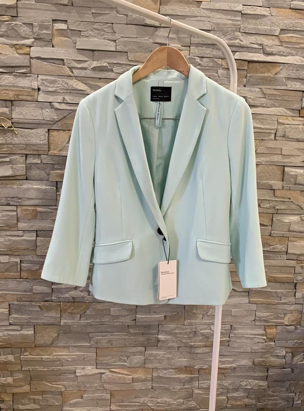 Стильный пиджак нежно голубого цвета от bershka