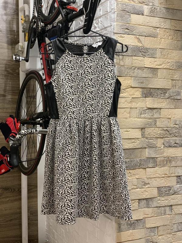 Красивое черно-белое фактурное платье с кожаными вставками