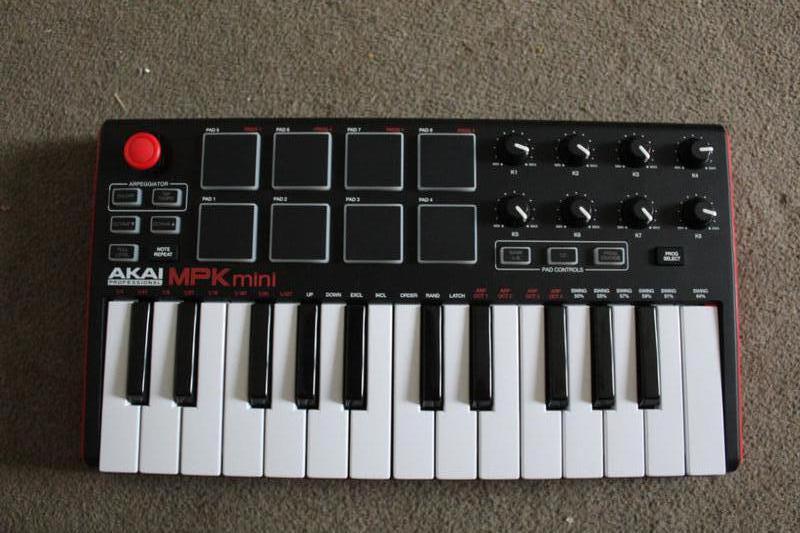 MIDI-клавиатуру AKAI MPK Mini MK2