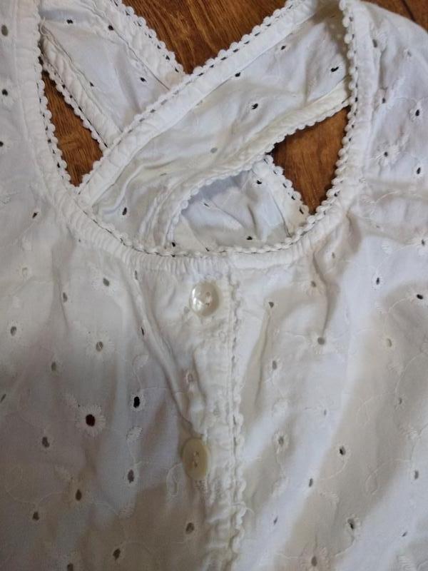 Хлопковое белое ажурное платье-халат с перламутровыми пуговицами.