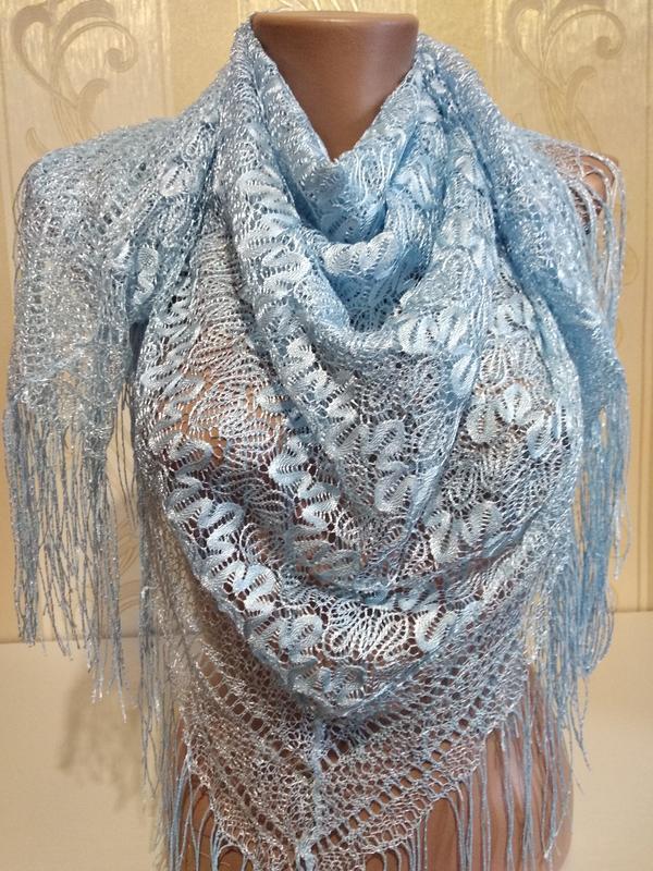 Ажурный платок нежно голубого цвета.