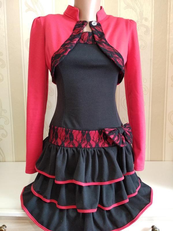 Трикотажное платье с рюшами и болеро.