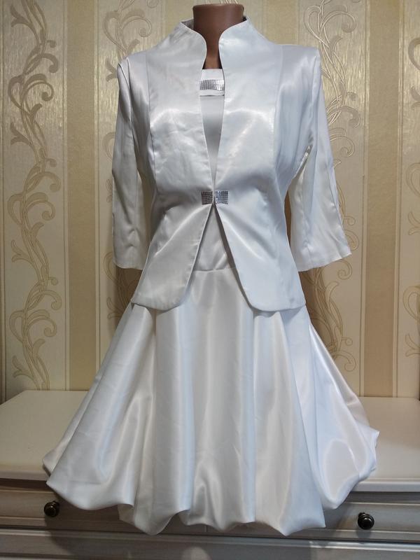 Белоснежный атласный нарядный костюм