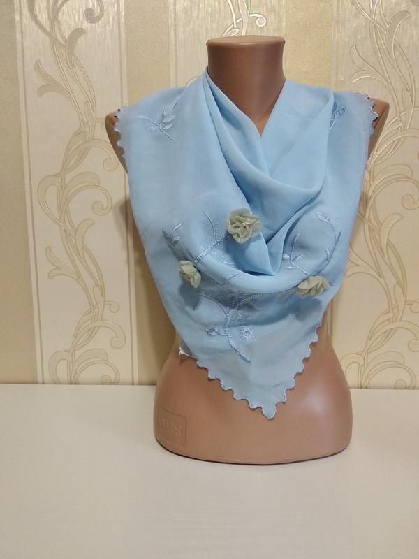 Голубой платок с вышивкой и цветами.