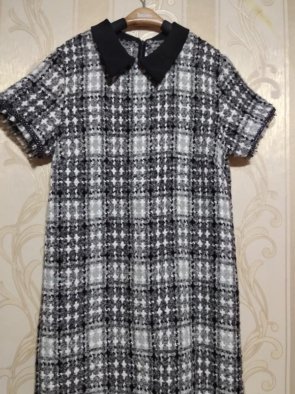 Теплое фактурное платье с коротким рукавом