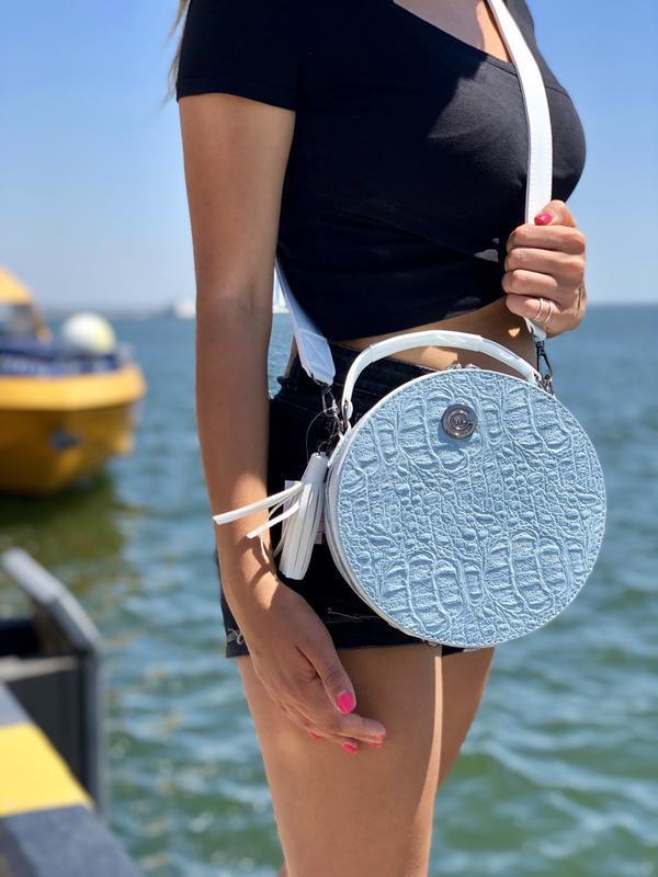 Круглая женская сумочка кросс-боди голубая крокодиловая