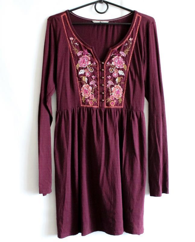 Бордовое платье с вышивкой tu
