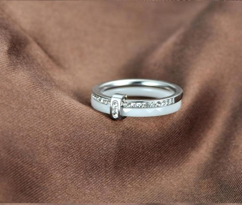 Женское керамическое кольцо с камнями из циркония размер 16 и 17
