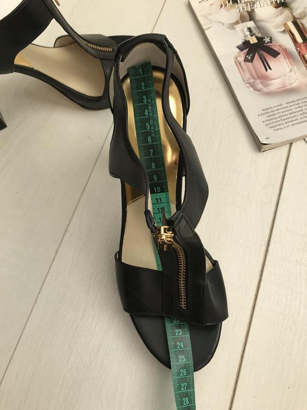 Босоножки на каблуке чёрные - Фото 4