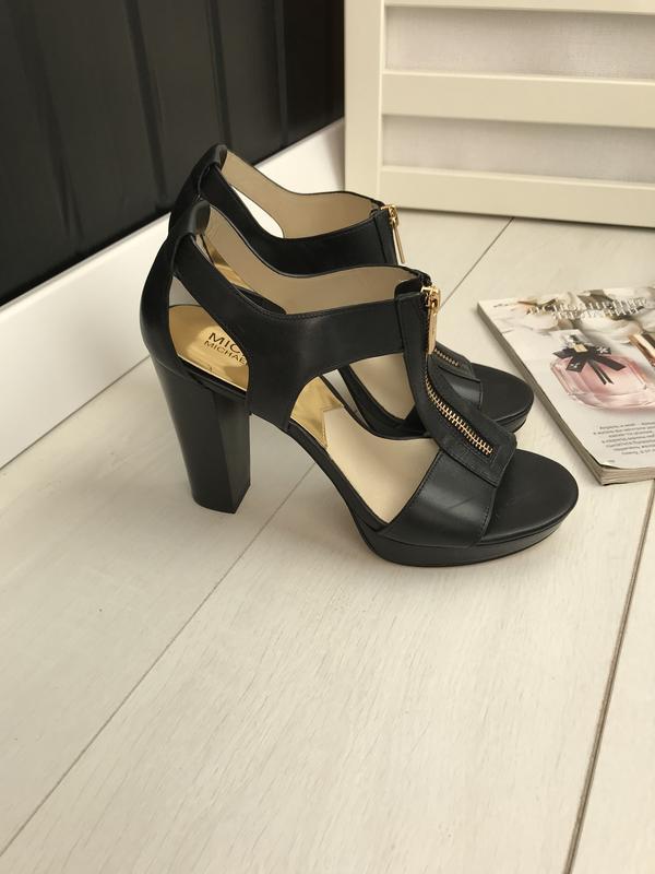 Босоножки на каблуке чёрные - Фото 5