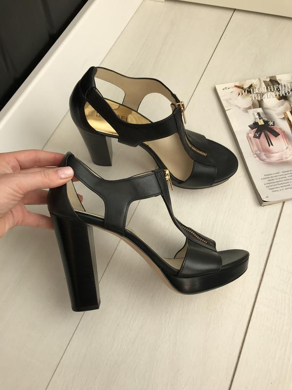 Босоножки на каблуке чёрные - Фото 6