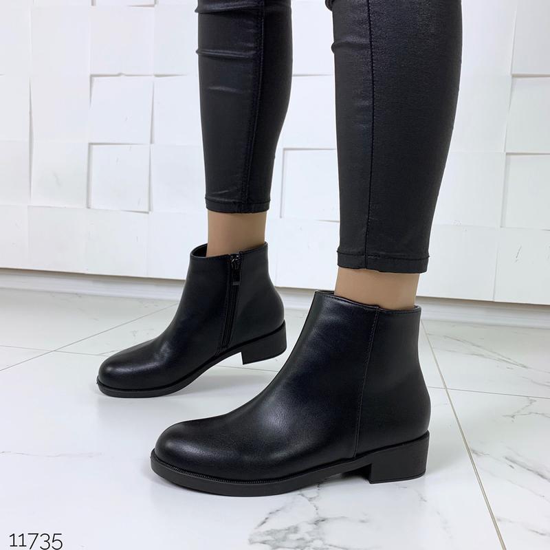 Чёрные ботинки деми на низком каблуке
