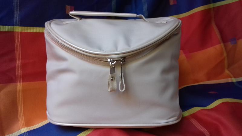 Сумка- чемоданчик бежевого цвета