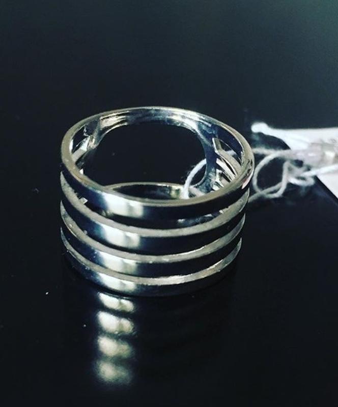 Минималистическое серебряное кольцо кварта