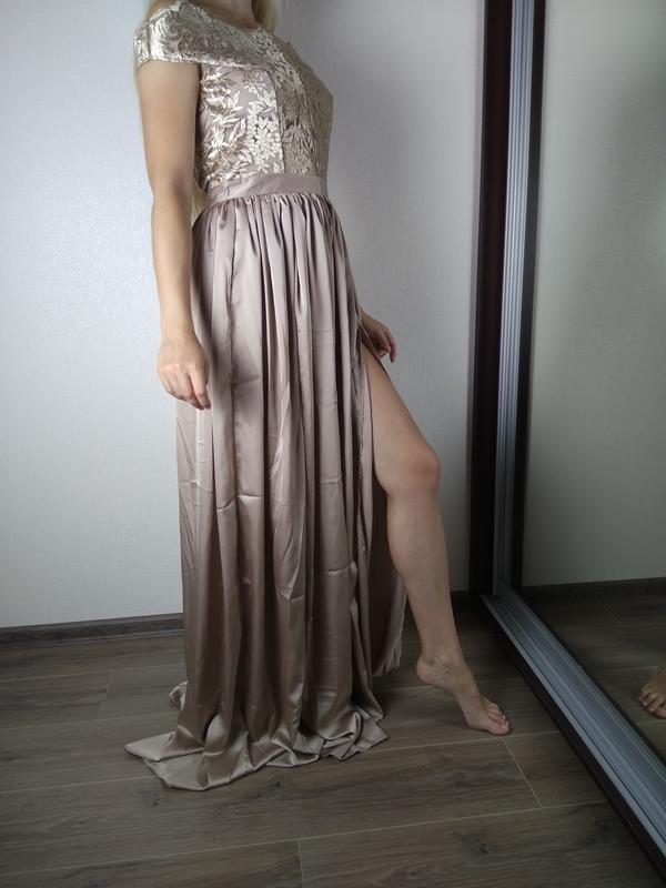 Бежевое платье в пол с открытыми плечами и кружевным верхом - Фото 6