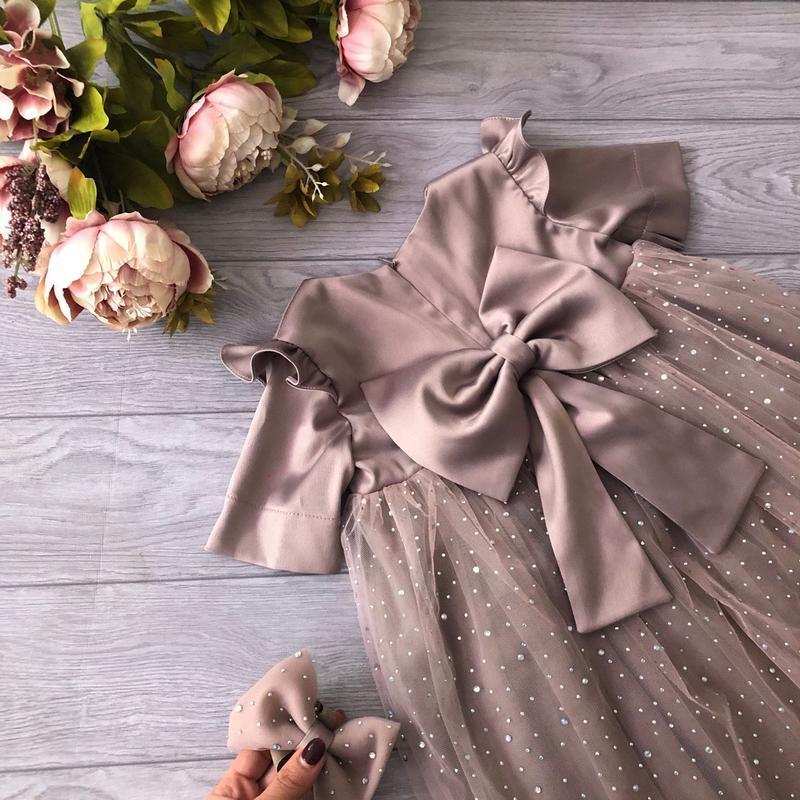 Нарядное платье с крылышками, большим бантом  и камнями