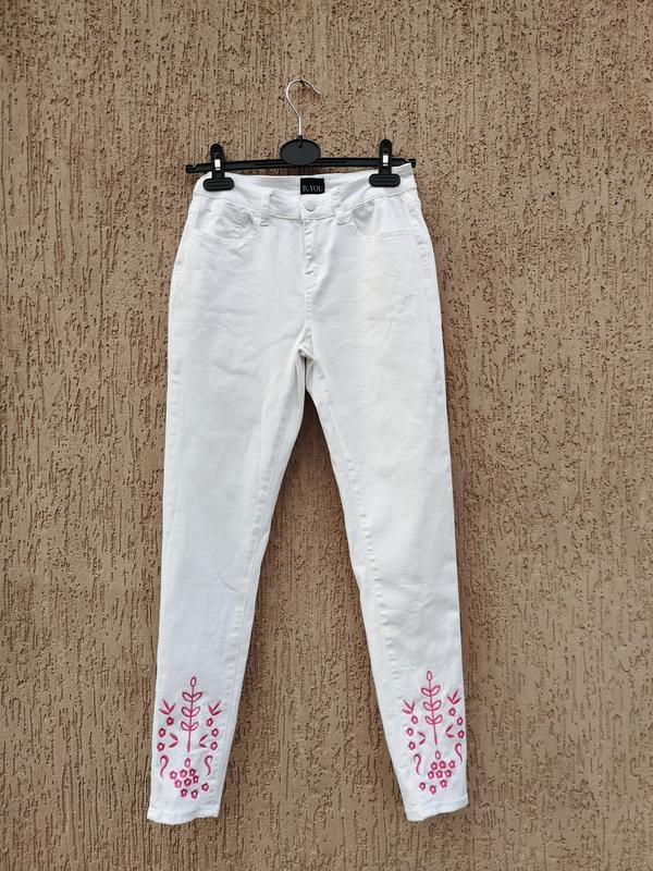 Белые джинсы с вышивкой s
