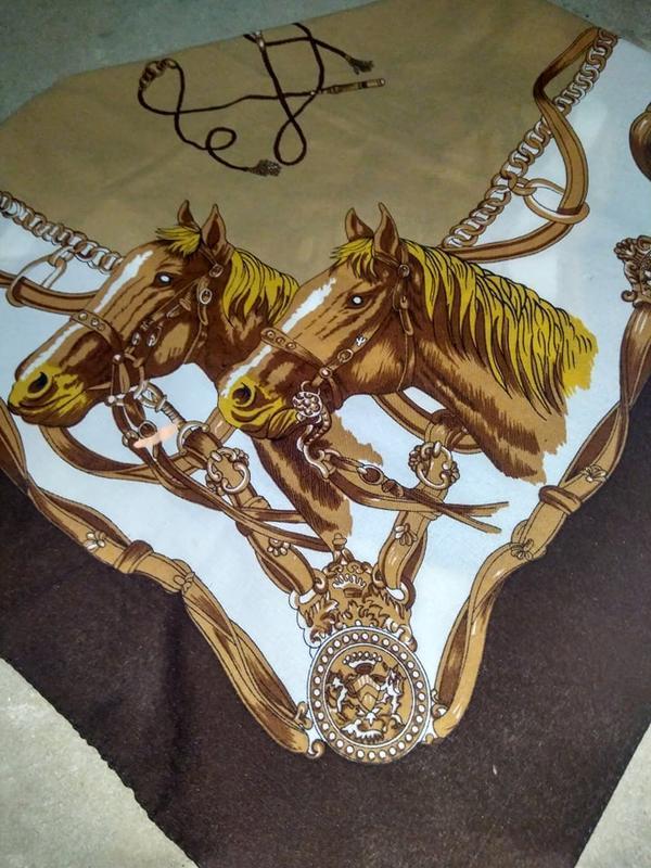 Красивый винтажный платок с принтом лошади