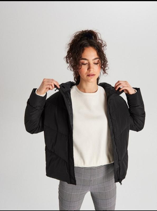 Продам новую женскую тёплую куртку с капюшоном