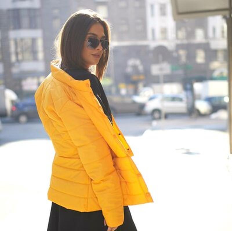 Куртка деми стеганая короткая желтая яркая курточка - Фото 2