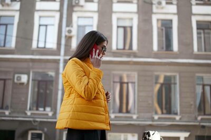 Куртка деми стеганая короткая желтая яркая курточка - Фото 3