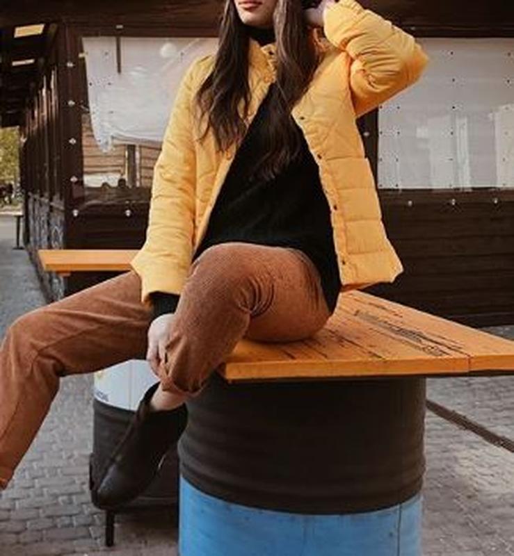 Куртка деми стеганая короткая желтая яркая курточка - Фото 4