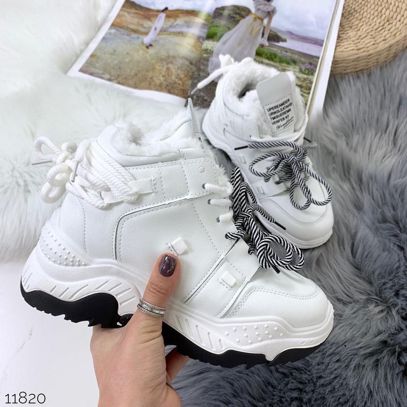 Стильные зимние кроссовки белого цвета