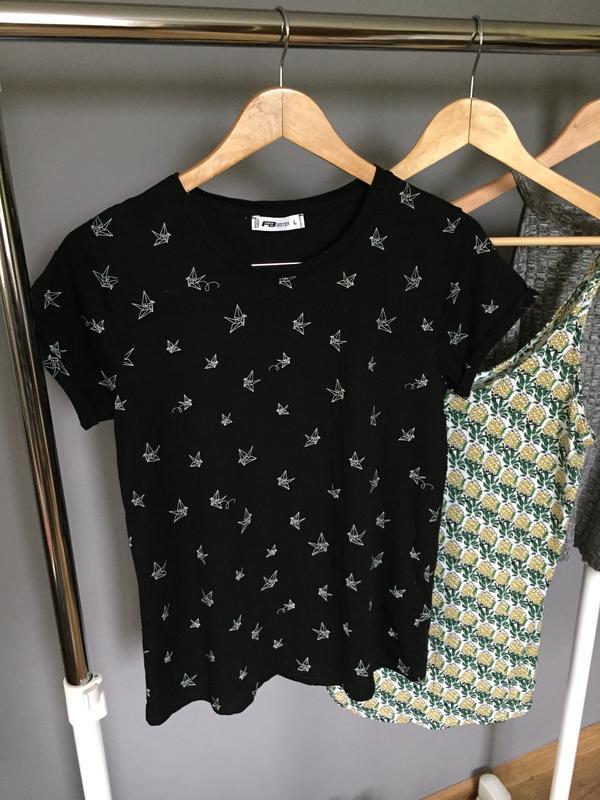 Трендовая чёрная футболка с геометрическим принтом