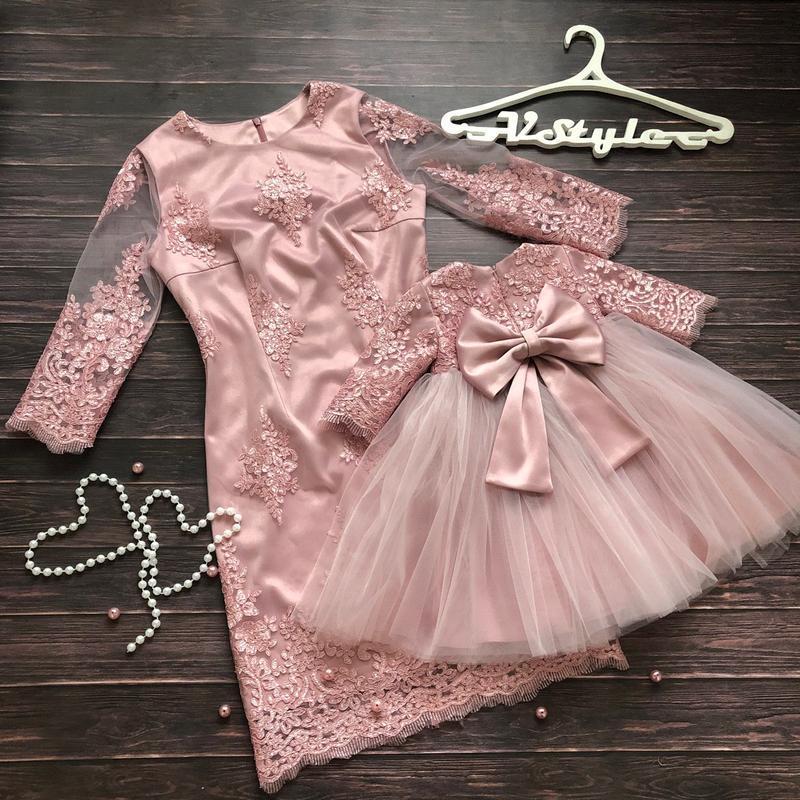 Нарядное розовое кружевное платье на годик