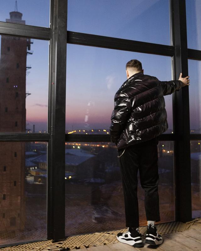 Короткая куртка-пуховик мужская черная 7970 - Фото 10