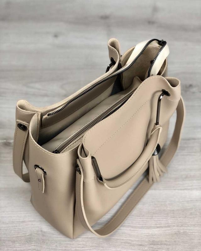 Модная женская сумка бежевого цвета - Фото 2