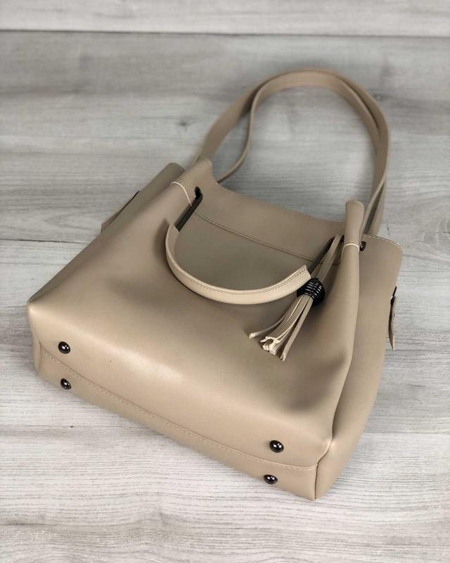Модная женская сумка бежевого цвета - Фото 3