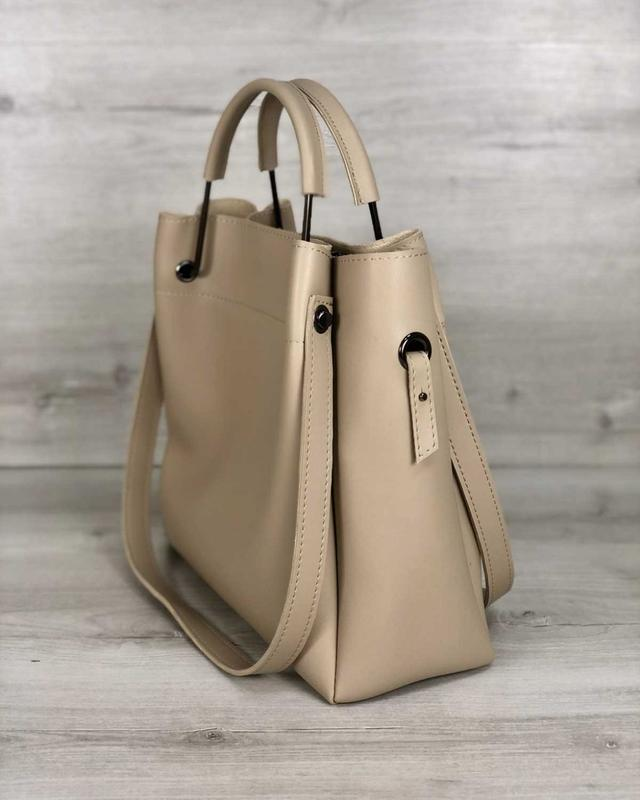 Модная женская сумка бежевого цвета - Фото 4