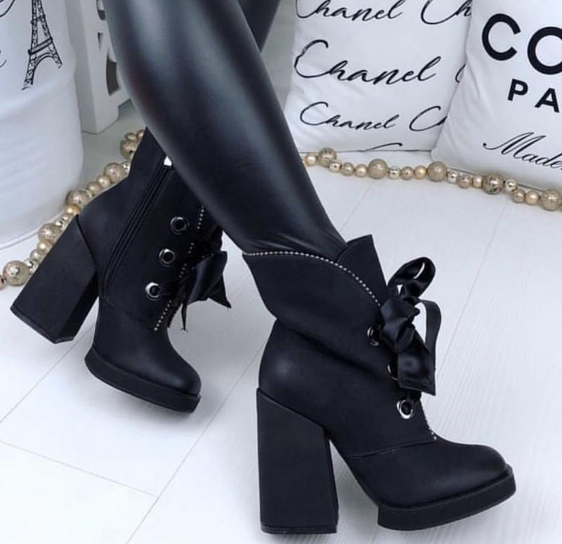 Стильные ботинки на каблуке зима